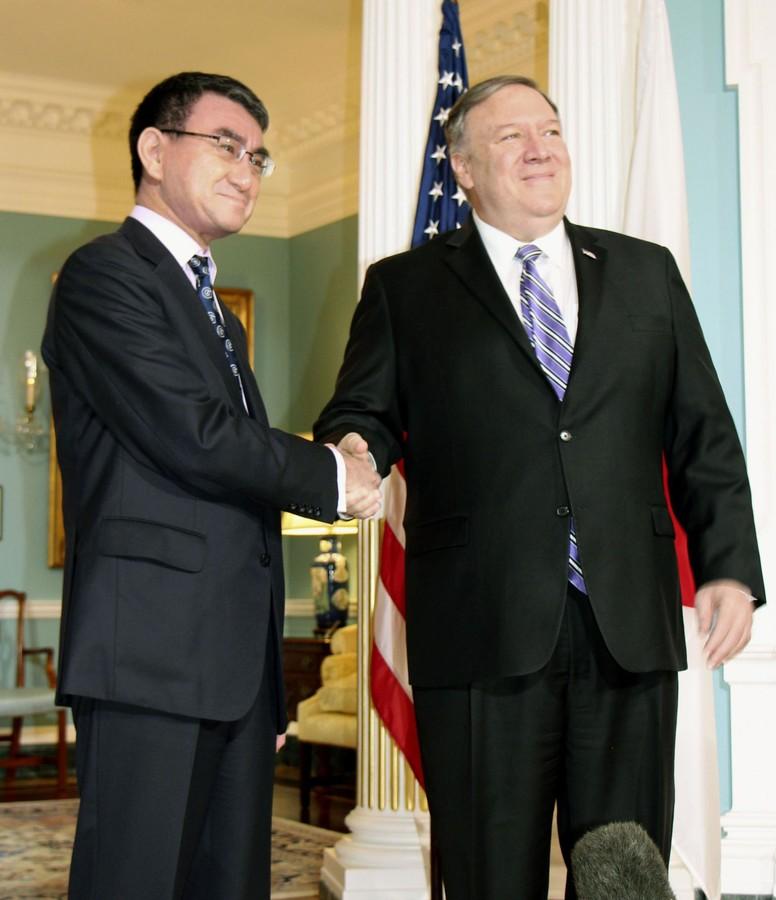 2019年4月19日,河野訪問華盛頓時與蓬佩奧握手(共同通信社)