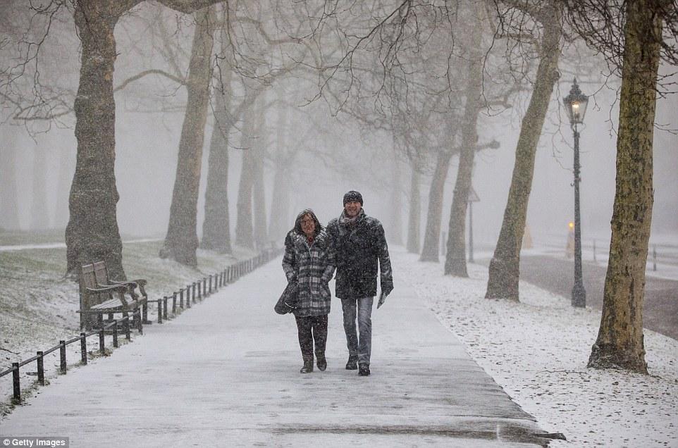 2018年2月27日,一對夫婦在倫敦白雪覆蓋的圣詹姆斯公園行走。(來源:每日郵報)