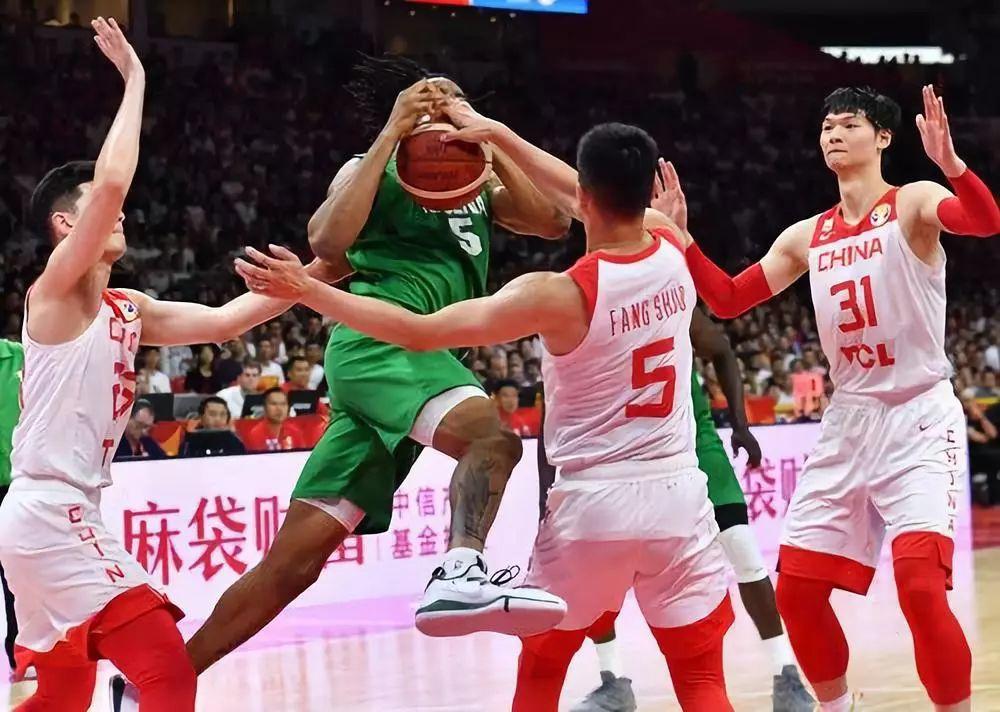 9月8日,中国队球员阿没有皆沙推木(左一)、圆硕(左两)、王哲林(左一)正在角逐中防卫僧日利亚队球员奥科耶。新华社记者贺少山摄