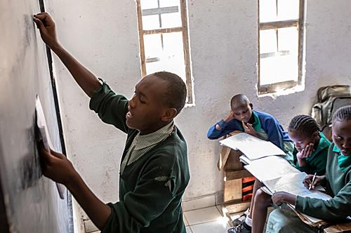 材料图:正在肯僧亚都城内罗毕,科达制梦小教的门生正在上课。(新华社)