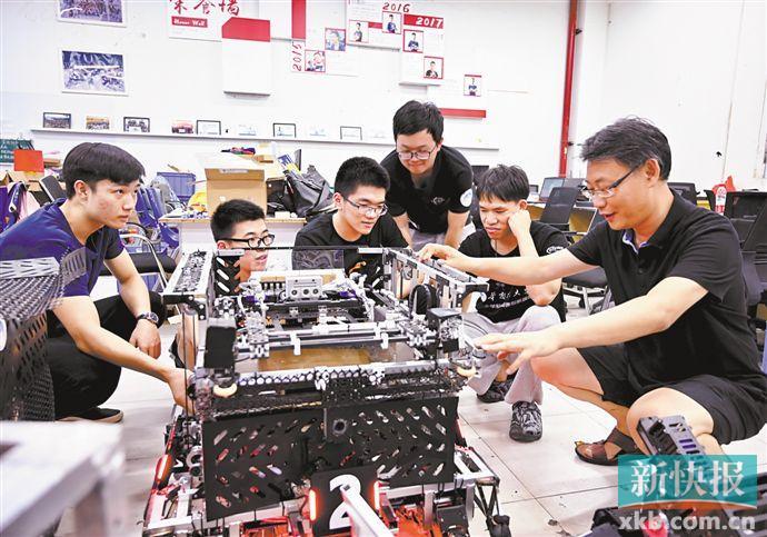 ■华南理工大学教师张东在给学生上课。