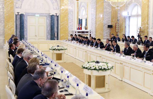 9月17日,国务院总理李克强在圣彼得堡同俄罗斯总理梅德韦杰夫共同主持中俄总理第二十四次定期会晤。(新华社)