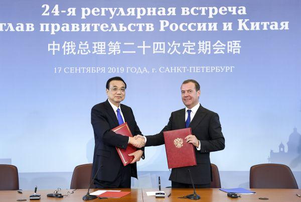9月17日,国务院总理李克强同俄罗斯总理梅德韦杰夫签署《中俄总理第二十四次定期会晤联合公报》。(新华社)