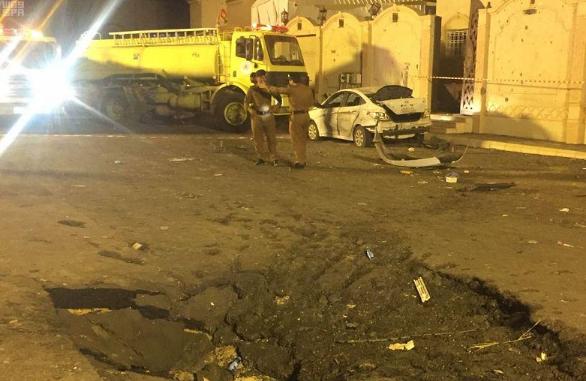 胡塞武装弹道导弹碎片在沙特街道上留下大坑 图源:社交媒体