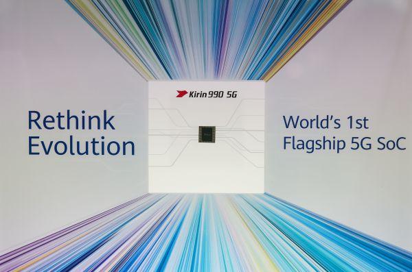 這是9月6日在德國首都柏林舉辦的第59屆柏林國際消費電子展上拍攝的華爲公司展區的華爲麒麟990 5G SoC芯片。(新華社)