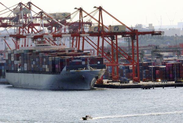 材料图片:日本东京,一艘货轮停靠正在口岸。(新华社/好联)