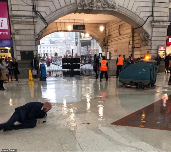 (伦敦维多利亚车站。图源:《逐日邮报》)