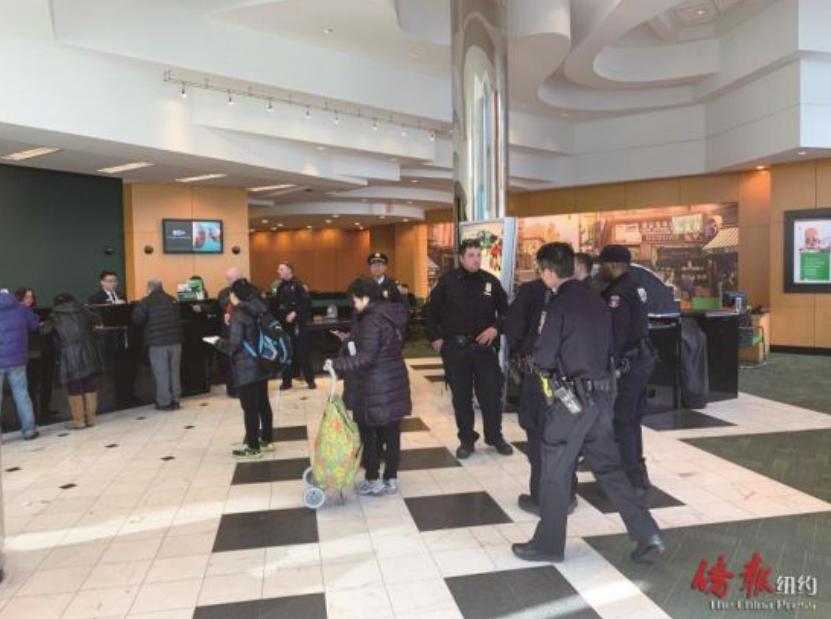 警方调查银行劫案。 图源:纽约侨报网
