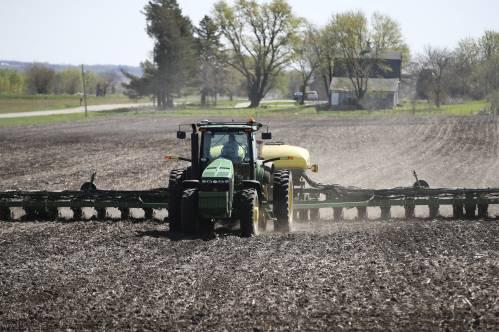 圖爲在美國艾奧瓦州的金伯利農場,農民在自家田地裏播種。新華社