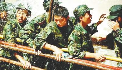 1998年夏,束缚军战武警民兵赴少江流域抗击大水。材料图片