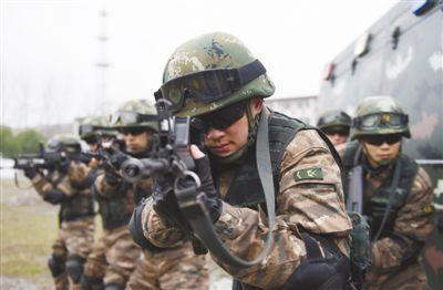 武警安徽总队开肥收队特战中队正正在展开特种战术锻炼。缓 伟摄