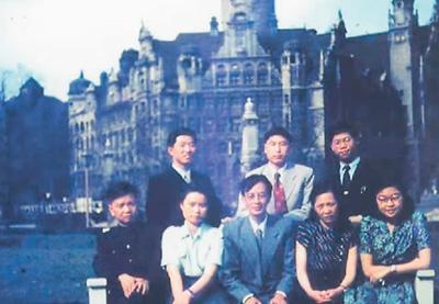 1956年,梅兆荣(后排中)在德国莱比锡大学学习期间与同学们合影。受访者供图