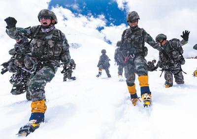西躲军区某特战旅正在海拔5700多米的雪山完成极限锻炼。晏 良 王述东拍照报导