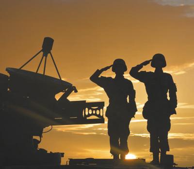 陆军第77团体军某旅两名行将入伍的老兵背疆场敬军礼。陈书华摄