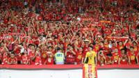 广州球迷歌声嘹亮 《我和我的祖国》响彻天河体育场