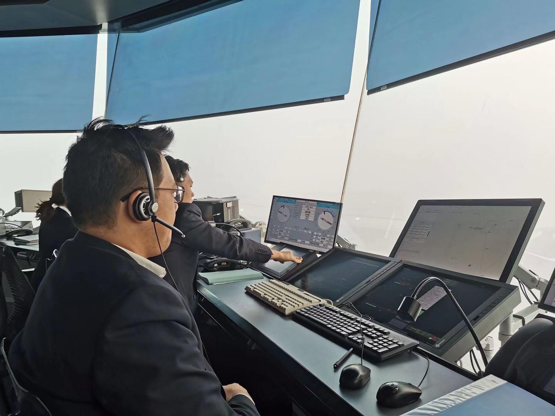 塔台管制人员在机场低能见度情况下指挥航班起降。华北空管局供图