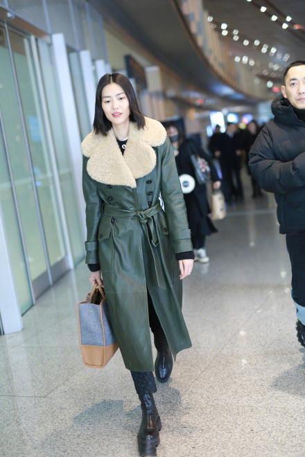 穿大衣尽量不要搭配平底鞋,学学超模刘雯的穿法,保暖洋气又显高