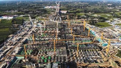 今年8月30日,雄安新区,雄安站建设现场,塔吊林立,机械轰鸣,数千名建设者渐进施工,一派热火朝天的建设场面。图/视觉中国