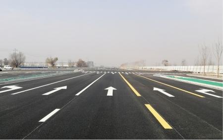 潇河产业园区北格街建设工程完成路面标线施工