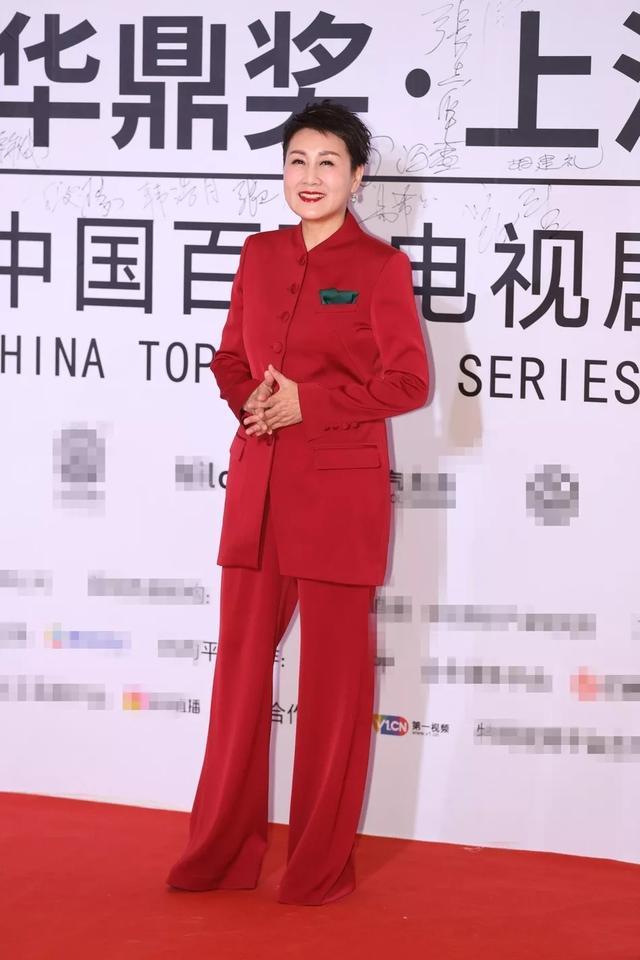 张凯丽上了年纪不再扮嫩,穿红西装走红毯,大气优雅!