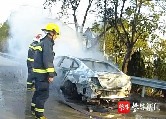 水桶脸盆一起上,汽车突然起火,附近店主轮番接水灭火