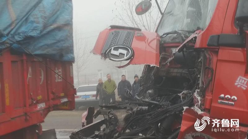 45秒 德州平原两辆13米挂车雾天里相撞,司机被困消防紧急救援