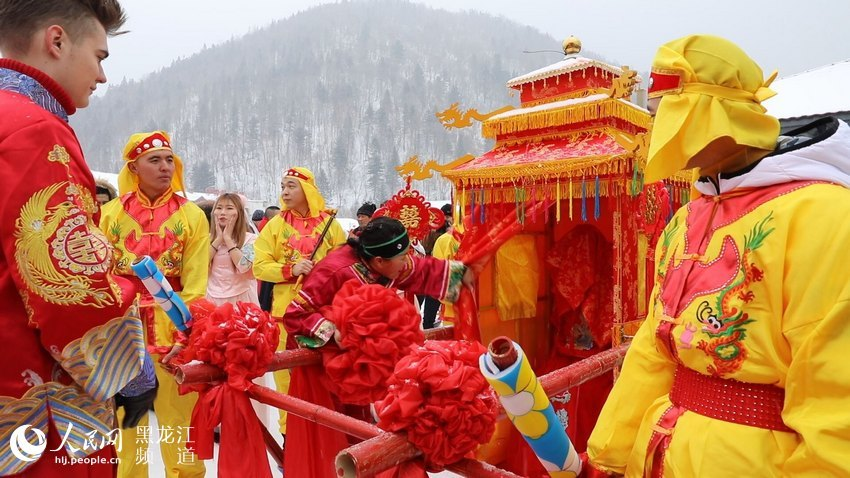 """10对中外""""新人""""在中国雪乡举行集体婚礼"""