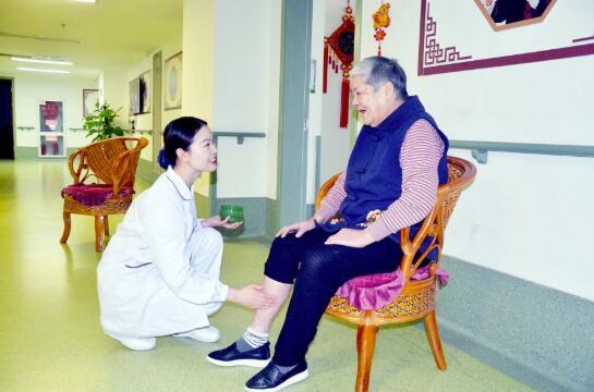 养老护理岗位缺口大 大医院护士辞职当福利院护理员