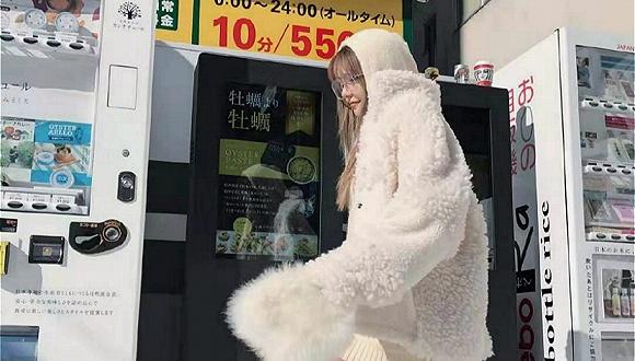 你穿羊羔毛的样子就像一头熊 却舍不得脱下它