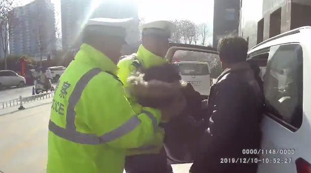 执法记录仪曝光!4岁男童坠楼,洛阳交警警车变救护车