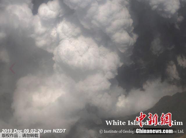 12月10日日消息,当地时间9日下午,新西兰怀特岛发生火山喷发。图为在火山口上空的航拍画面。