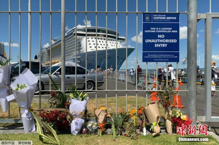 当地时间12月10日,新西兰怀特岛火山喷发第二天,不少民众来到当地港口,摆放鲜花悼念遇难者。