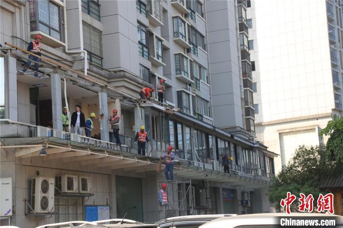 广西小区公共通道违建成200平浴