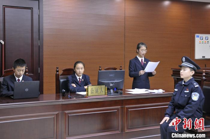 """反校园欺凌模拟法庭甘肃开庭 学生""""角色扮演""""感知法律威严"""