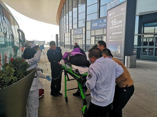 港珠澳大桥边检站开通绿色通道,救助重症香港籍旅客