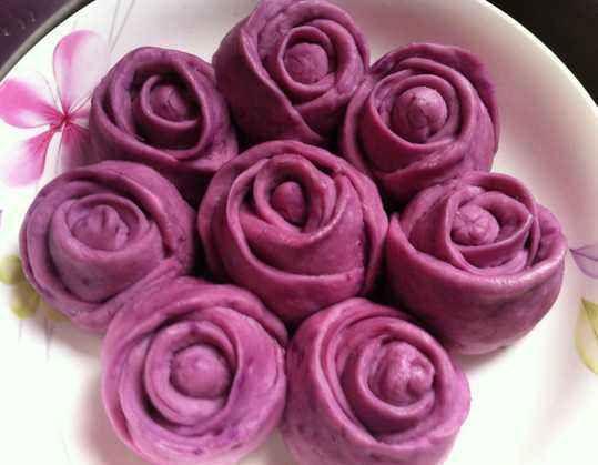 【药食同源】它的营养丰富,其中富含的维生素A可以改善视力,用它做的紫色玫瑰花馒头漂亮又好吃~
