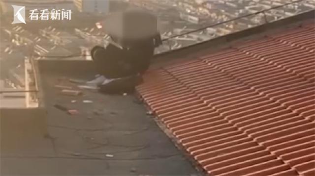 """男子16层楼顶欲轻生 关键时刻民警一个""""飞扑""""……"""