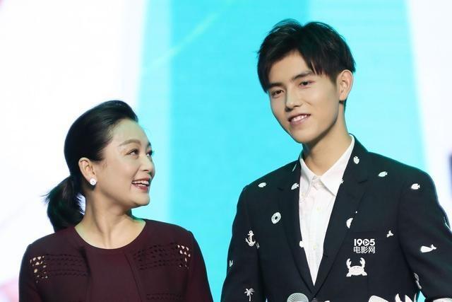 陈飞宇踩点为陈红庆生 全天下最美的妈妈生日快乐
