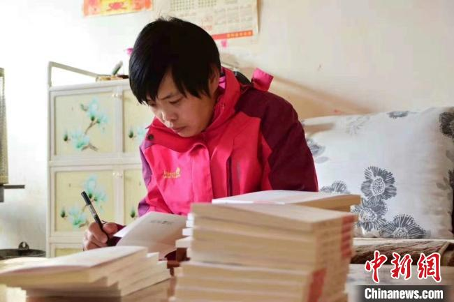 """甘肃西和农村""""残障女"""":自学识字 轮椅上创诗歌集"""