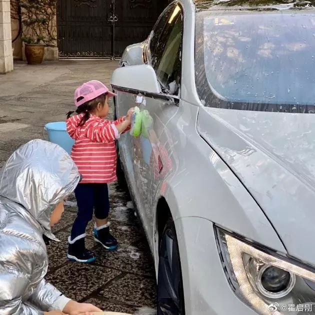 百亿身家霍启刚让儿女当小小洗车工赚零花钱 教会孩子们懂得珍惜