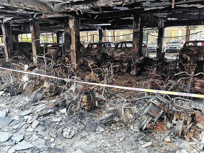 南宁一停车场深夜起火 近百辆电单车被烧得只剩车架