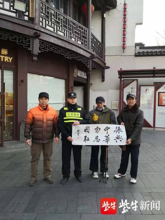 志愿者街头宣传爱国情怀