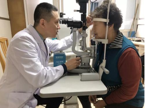 西安市中心医院签订莲湖区残联救助项目帮眼病患者低成本治疗眼疾