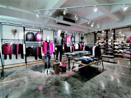 巴杰罗打造新模式服装店