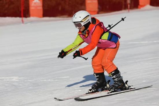 北京:300余名中小学生参与冰雪赛事 感受雪上项目魅力