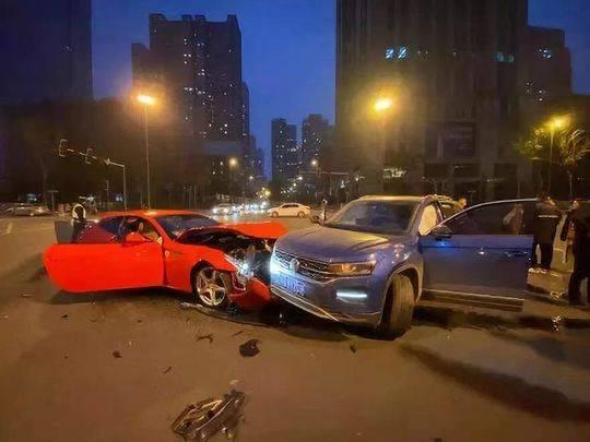 大众车撞烂法拉利豪车要赔200万?车险业内人士:要看如何定责