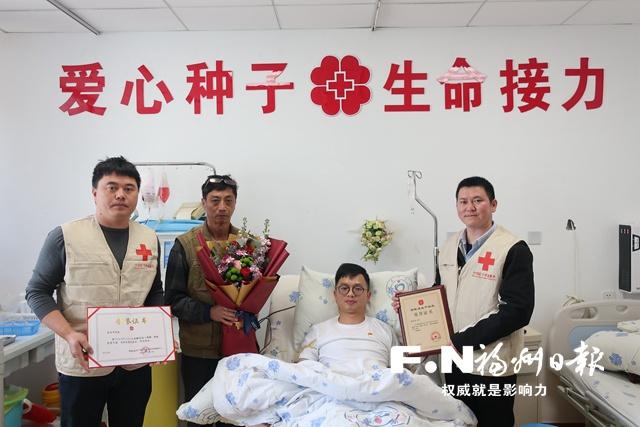 昨日上午,在父亲、志愿者陪伴下,俞治华完成造血干细胞捐献。