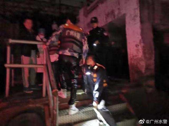 广州一女子码头落水男友下水施救双双遇险 水警开快艇成功救援