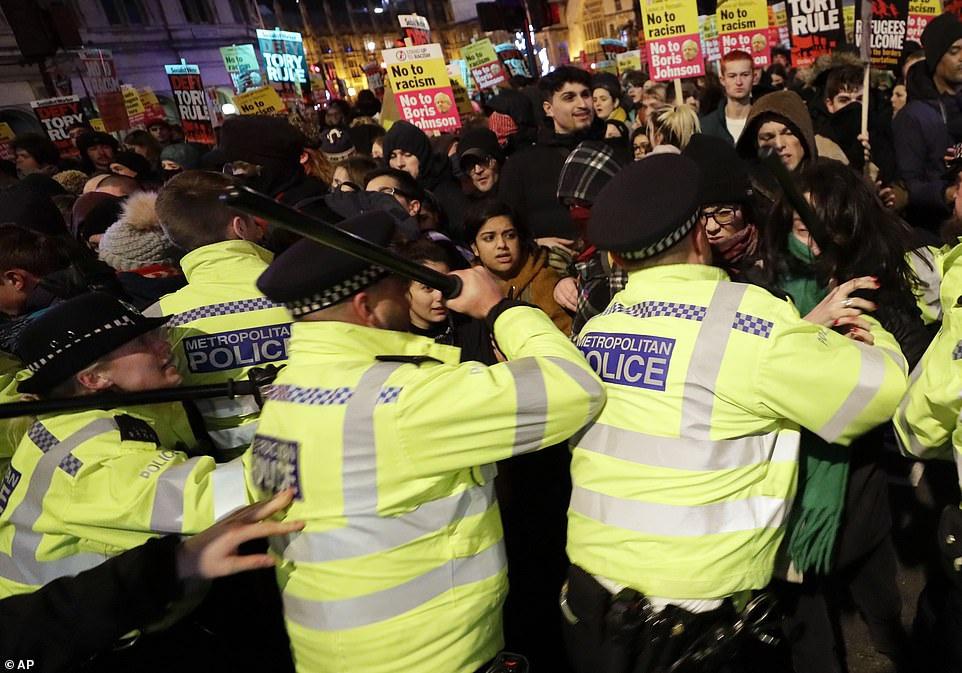 约翰逊赢得大选当天,英国爆发抗议活动,警民发生冲突。(图源:Getty Images)
