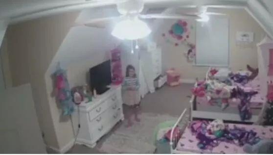 摄像头居然和小女孩对话 网友:这是恐怖片吗?
